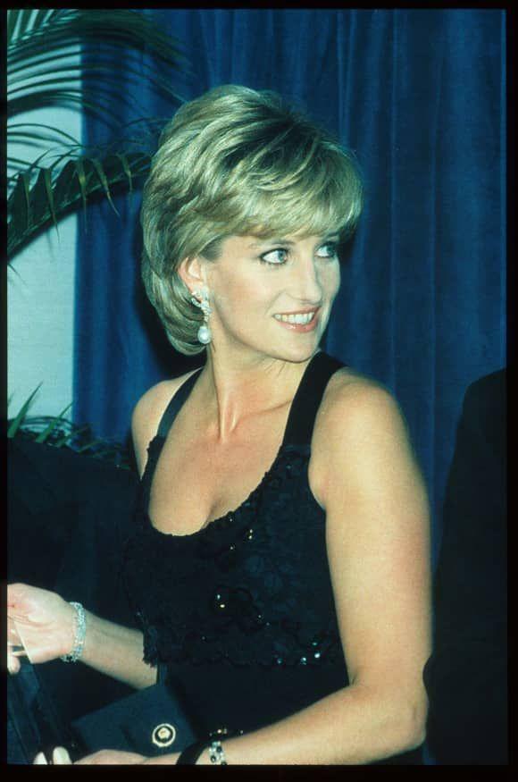 Konigin Der Herzen 11 Geheimnisse Uber Lady Diana Princessdiana Lady Diana Im Jahr 1995 Lady Diana Prinzessin Diana Frisuren Prinzessin Diana