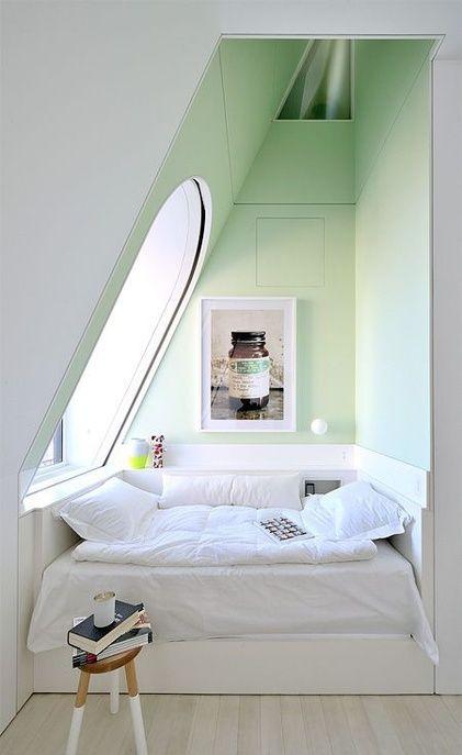 Une petite chambre aux murs pastel                                                                                                                                                                                 Plus