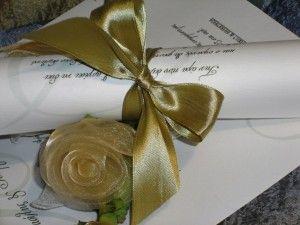 Προσκλητήριο Γάμου πάπυρος σε χαρτί ακουαρέλα 300gr, δεμένο με κορδέλα σατέν 2,5cm και καρτελάκι για τα ονόματα των καλεσμένων σας. Το προσκλητήριο δεν έχει φάκελο. Υπάρχει δυνατότητα επιλογής χρώματος στις κορδέλες και στα γραφικά. Επίσης μπορείτε να βρείτε βιβλίο ευχών, ευχαριστήριο καρτελάκι, μπομπονιέρες κλπ στο ίδιο ύφος. http://e-prosklitirio.gr/proionta/gamos/prosklitiria-gamou/g030