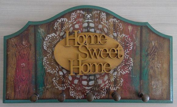 Porta chaves em MDF, ondulado com espessura de 1,00 cm.  Decorado com pintura madeira demolição, aplicação de stencil toalhinha de crochê, apliques oval e palavra.  Possui cinco ganchos de metal cor ouro velho.
