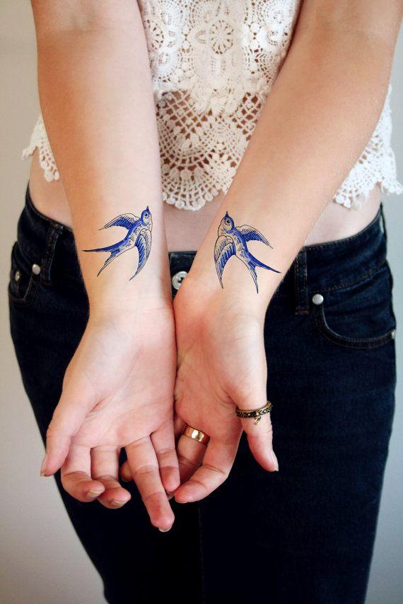 Tatouages Hirondelle sont un vrai classique. Ces « Delft Blue » hirondelles volent dans des directions opposées donc vous pourriez placer leur