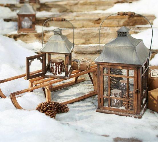 une décorartion d'exterieur pour noël avec des lanternes et luge