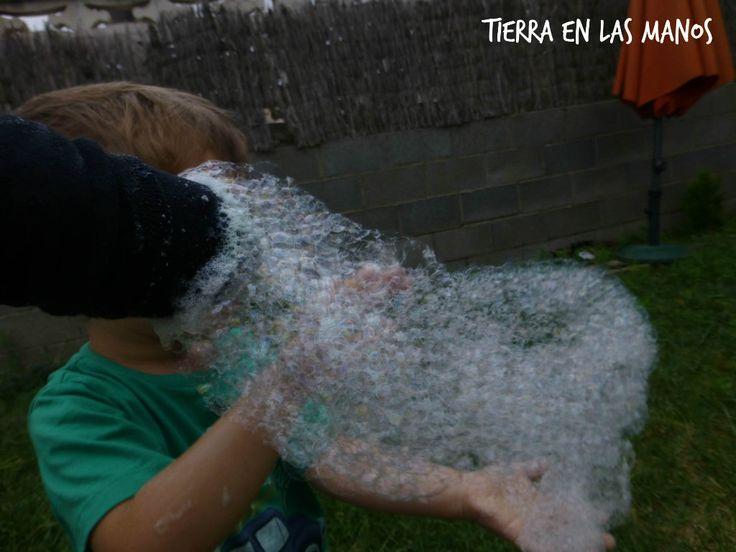 HACER SERPIENTES DE BURBUJAS. Sólo hace falta agua, jabón, un calcetín y una botellita de agua! ;-)