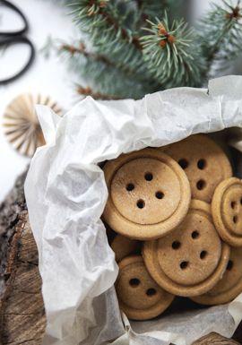 Cuisiner des biscuits au pain d'�pice avec les enfants est d�finitivement une activit� � faire en �coutant une petite musique de No�l, install�s confortablement avec une vue qui donne sur le sapin allum�.