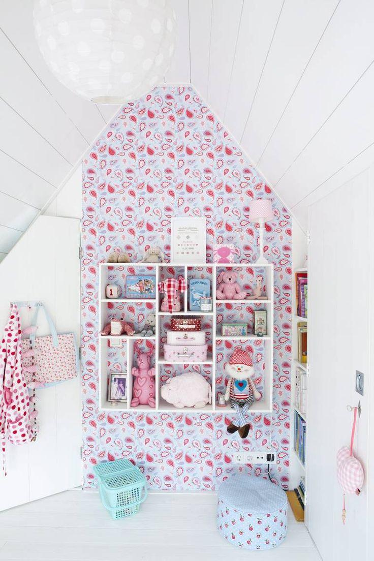 BARNEROM: Tapetet med paisleymønster er fra estahome.nl. I hyllen får de fineste lekene stå fremme. Gulvet er malt hvitt.