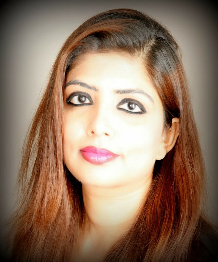 Two Tone Lipstick Shade is another craze in make-up world which is picking up this season , let's take a look how to achieve it at home.  http://www.spiceupboringlife.com/2013/11/diy-makeup-two-tone-lipstick-shades.html