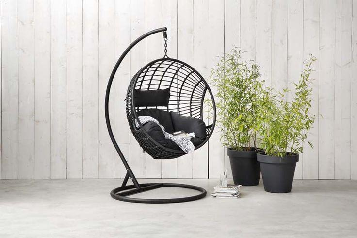 KARWEI | Met de zonnestralen op je huid kun je volledig ontspannen in deze hangstoel.