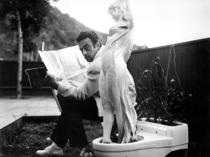 Michael Ochs - Lenny Bruce reads a newspaper from circa 1970
