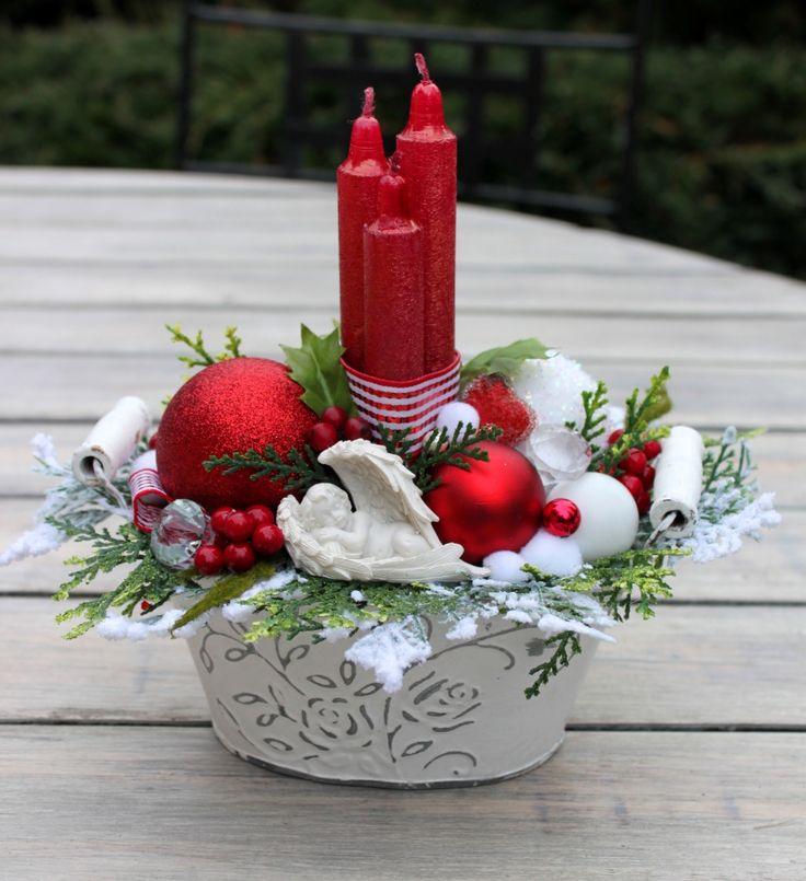Stroik adwentowy ze świeczkami i aniołkiem,w białej, cynkowej osłonce. Dekoracja świąteczna, bożonarodzeniowa ozdoba do domu, restauracji, hotelu. Świąteczny dodatek, pomysł na prezent.