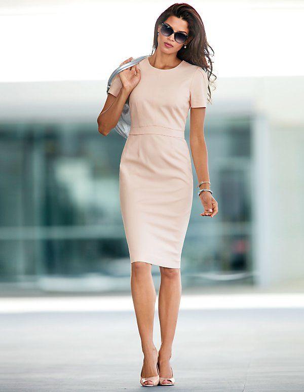 das schmale Etuikleid in itailienischer Länge ist das Must Have für jeden Kleiderschrank. Durch seine raffinierte, leicht taillierte Schnittführung schmeichelt es gekonnt der Figur