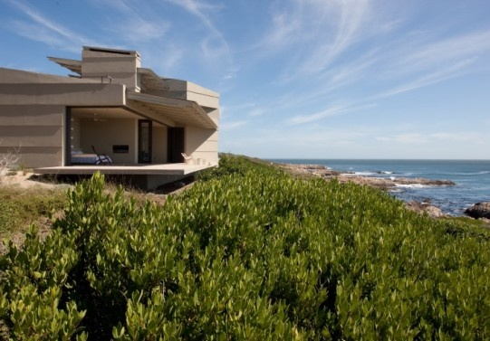 AWARD-WINNING JOHANN SLEE-DESIGNED HOME IN GANSBAAI MARRIES NATURE AND ARCHITECTURE