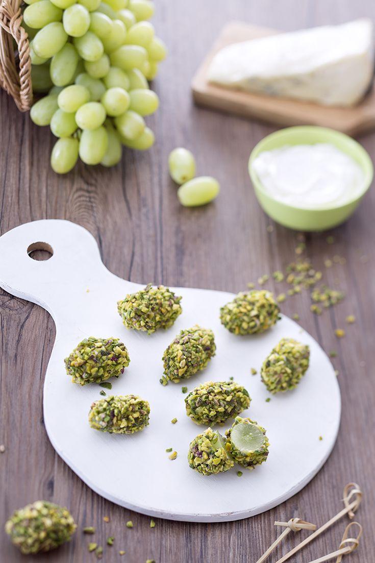 Un #happyhour tutto #autunnale o un #antipasto memorabile? Questi #bocconcini d'#uva al #formaggio e #pistacchi è la dimostrazione che dolce e #salato sono un connubio perfetto e che l'uva può essere impiegata in molte ricette! Dolcezza, sapidità e una nota #croccante! Buonissimi...#ricetta #GialloZafferano #italianrecipe #italianfood #autumnrecipe #appetizerrecipe