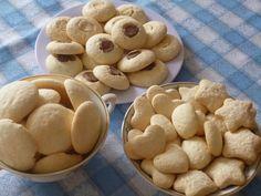 A receita é muito antiga, quem deu foi uma amiga da minha mãe , a NEIDA. Os biscoitinhos são mesmo deliciosos, derretem na boca, o ún...