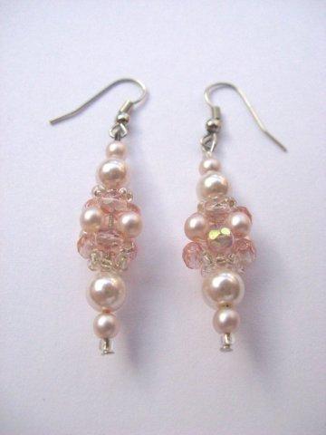 Roze oorbellen gemaakt van glasparels en glas facet kralen.