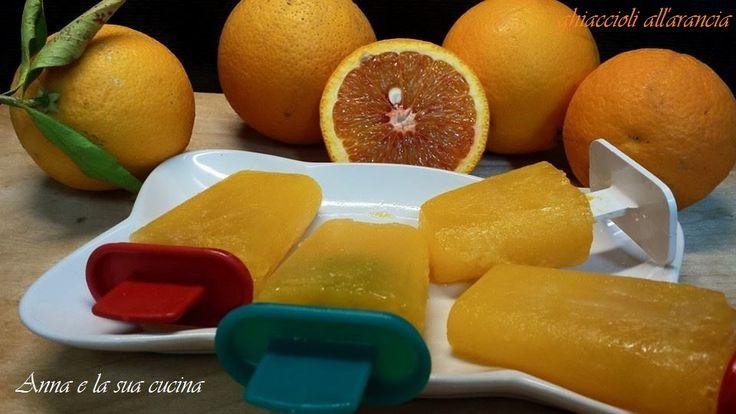 Ghiaccioli all'arancia sono preparati con arance biologiche e uno sciroppo di acqua e zucchero, sani e genuini senza conservanti e coloranti.
