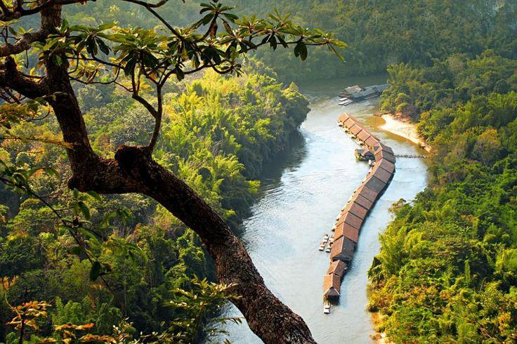 Thailand, River Kwai: Bo på et tømmerflåde hotel midt på den berømte flod. Smukke omgivelser, garanteret flodudsigt og masser af dejlige oplevelser!