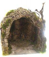 Capanna a forma di grotta da cm 35. Realizzato in modo artigianale, a mano usando legno, sughero, gesso e muschio. Artigianato napoletano. Base 35X35 cm. Munita di luce con presa 220 volt.