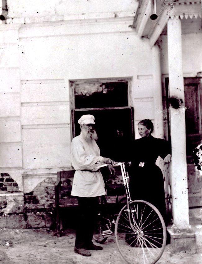Il fitness e le due ruote. Nel 1895 la Società ciclistica di Mosca consegnò a Tolstoj un regalo a dir poco lussuoso: una bicicletta Rover. Così, all'età di 67 anni, Tolstoj divenne il volto della nuova moda sportiva russa del XIX secolo e iniziò a insegnare ai bambini a usare la bicicletta. Nel tempo libero Tolstoj amava anche fare lunghe camminate, praticare ginnastica, nuoto, corsa con i cavalli e jogging. Con Tolstoj l'immagine dell'intellettuale incapace di sollevare niente di più…