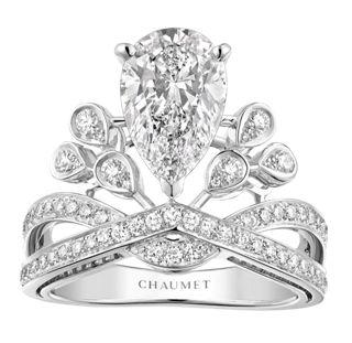 CHAUMET Josephine プラチナ、ブリリアントカットのパヴェダイヤモンド、センターに約2ctのペアシェイプカットダイヤモンド1石