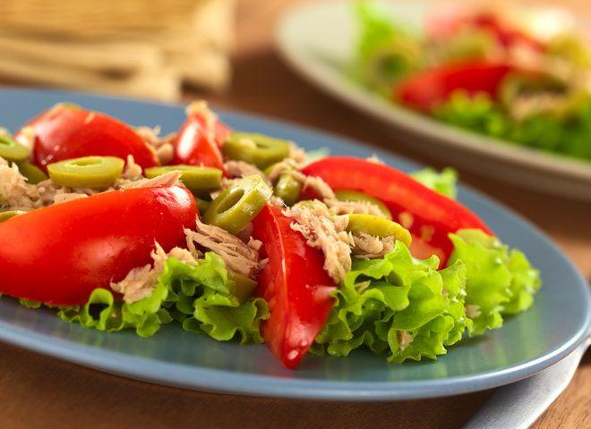 Салат с тунцом и помидорами под медово-горчичной заправкой, ссылка на рецепт - https://recase.org/salat-s-tuntsom-i-pomidorami-pod-medovo-gorchichnoj-zapravkoj/  #Салаты #блюдо #кухня #пища #рецепты #кулинария #еда #блюда #food #cook