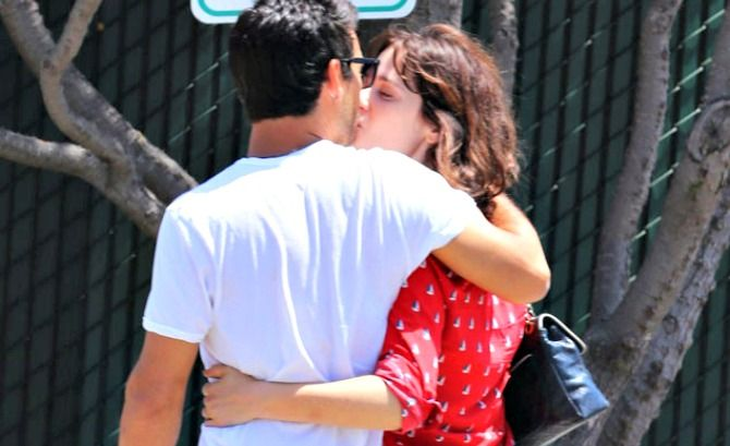 Zooey Deschanel Packs On The PDA With New Boyfriend Jacob Pechenik http://www.inquisitr.com/1432520/zooey-deschanel-packs-on-the-pda-with-new-boyfriend-jacob-pechenik/ via The Inquisitr