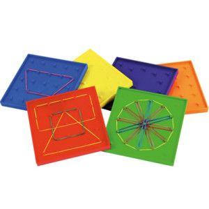 Op deze Geo Boards kun je verschillende vormen maken met elastiekjes. De voorzijde van een geo board heeft pennen in een cirkelvorm en de achterzijde in een vierkant rooster. Inclusief elastiekjes.  Door het werken met Geo Boards stimuleer je de motoriek, fantasie, ruimtelijk inzicht en de visuele waarneming van kinderen.