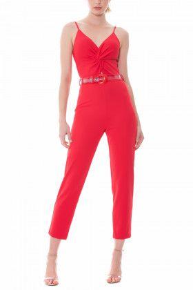 81803a2df Macacão confeccionado em suedine com decote torcido Acompanha cinto  transparente jumpsuit