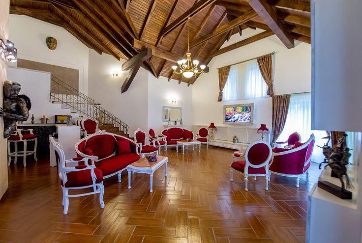 Living room cu semineu si biliard - ceea mai frumoasa vila sinaia Princess of Transylvania