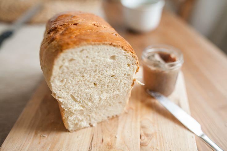 Toastový chléb. Možná bych raději měla napsat Půlnoční toastový chléb. Večer jsme totiž zjistili, že nemáme na ráno žádné pečivo, a že žádný obchod nebude otevřený. Chvíli jsem brouzdala po internetu a už to vypadalo, že upeču klasicky bagety, když v tom jsem narazila na jednoduchý a především rychlý recept na toastový chléb. Jenže jsem už byla trochu ospalá a místo půlky vajíčka jsem přidala vajíčka dvě. A světe div se, stačilo přidat o trochu více mouky a nikdo nic nepoznal.