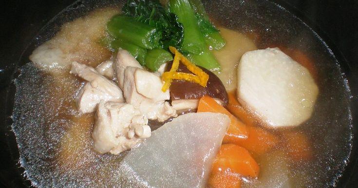 野菜たっぷりで鶏肉のだしが効いたシンプルで簡単なお雑煮です。濃い目の味付けのおせちと一緒に食べても落ち着く汁物です。