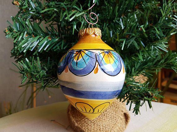 Palla di Natale in ceramica siciliana decorata a mano. Sfera