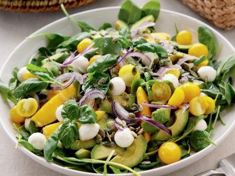 Recept på påsksallad. Avokado och mango vänds ihop med salladen strax före servering för att behålla sin krispighet.