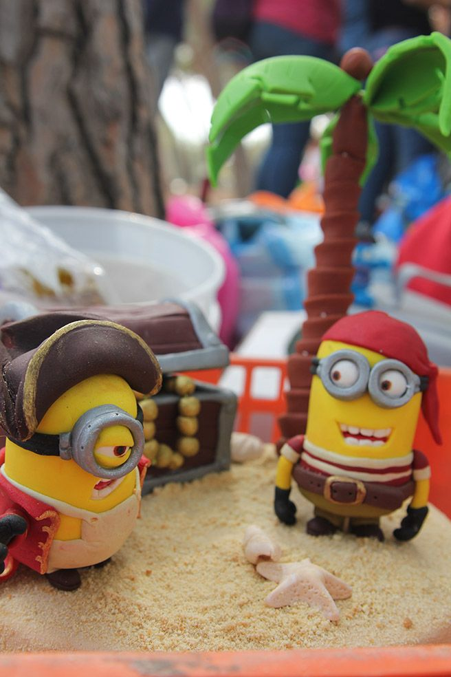 DESPICABLE ME SCULPTED PIRATES MINION CAKE