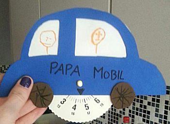Auto tekenen op dik karton. Parkeerschijf downloaden en printen op dik karton. Auto en schijf uitknippen en lamineren. Met een splitpen schijf bevestigen aan de auto. Achter het stuur kan een foto van het kind of de kinderen tekenen zelf iets.