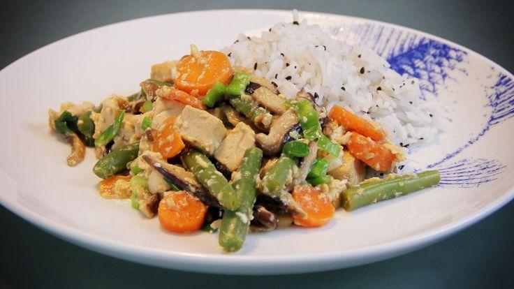 Deze Teriyaki roerbakschotel bevat naast teryiaki saus veel smakelijke en gezonde ingrediënten zoals shitake paddestoelen, peentjes, bosui en sperziebonen.