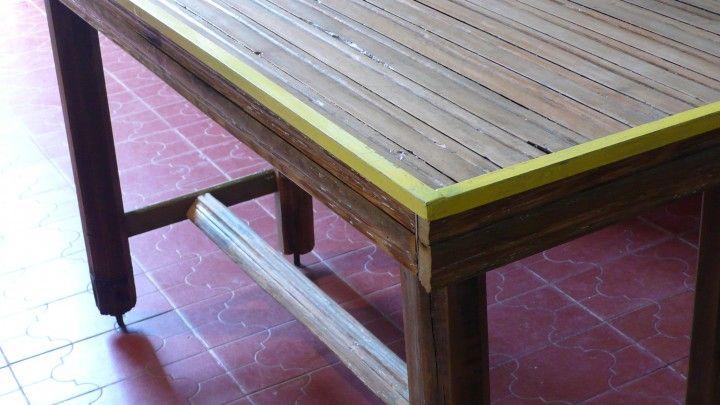 Esta mesa surge mediante una charla con Einer (un amigo) quien con su impetu en reciclar materiales se aparecio en el taller con varias cortinas de enrrollar y unas sillas para reciclar que perfectamentehacían juego !!!!