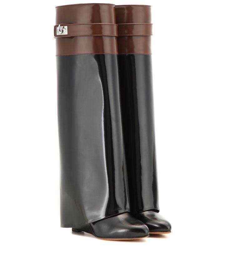 """Givenchy - Wedge-Stiefel Pant aus Glanzleder - Auch diese Saison ein Highlight bei Streetstyle-Stars und Fashionistas: die legendären """"Pant"""" Stiefel von Givenchy, die mit ihrem stylishen Manschetten-Design den Wedge-Absatz verbergen und somit Ihre Beine optisch ins Unermessliche verlängern. Das neueste Modell überzeugt mit seiner Melange aus schwarzem und kaffeebraunem Glanzleder, das sich perfekt in all unsere Winterlooks fügt. Der Riemen mit silberfarbenem Haifischzahn perfektioniert das…"""