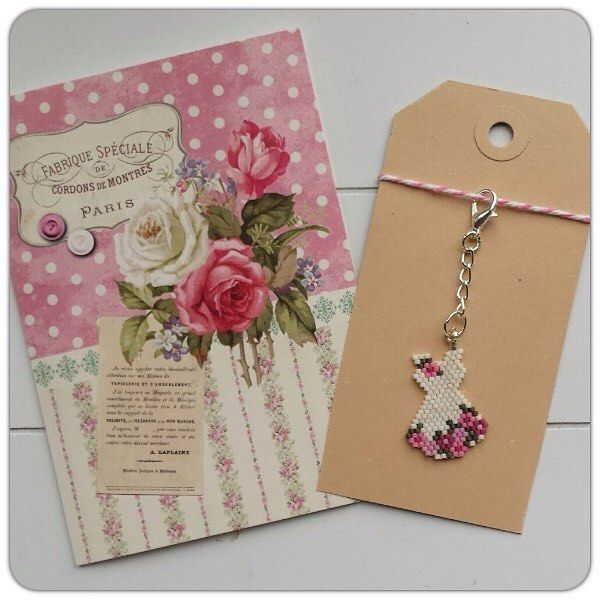 Op verzoek, een jurkje passend bij de vintage rozen kaart 🌹💕 --- On request, a dress matching the vintage rose card 🌹💕 #kralen #beads #perle #beadwork #kralenwerk #jurkje #dress #bloemenjurk #flowerdress #rozen #roses #vintage #ondemand #customorder #handmade #mydesign #handmadebyme #hanger #charm #tashanger #miyuki #miyukibeads