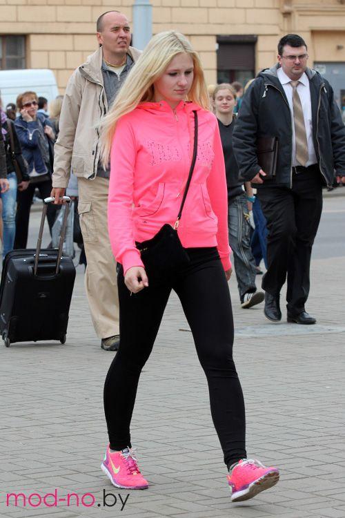 Весенняя мода на улицах Минска. Апрель. Часть 1 (наряды и образы на фото: розовая куртка, чёрные легинсы, розовые кроссовки, блонд (цвет волос))