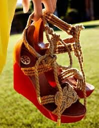Tory Burch are comfortable shoes that I love to wear.Not only that, they are perfect for the weather, they're perfect for any wardrobe. Besides, just because it's cold outside doesn't mean you can't look hot! Don't miss your chance to get a pair of Tory Burch shoes! #gifts # Tory Burch
