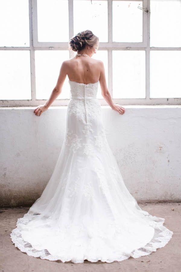 Wunderschönes Brautkleid mit Schleppe. Auf dem Hochzeitsblog Trau-Dich-Fee gibt´s alle Fotos zu dieser Strecke.