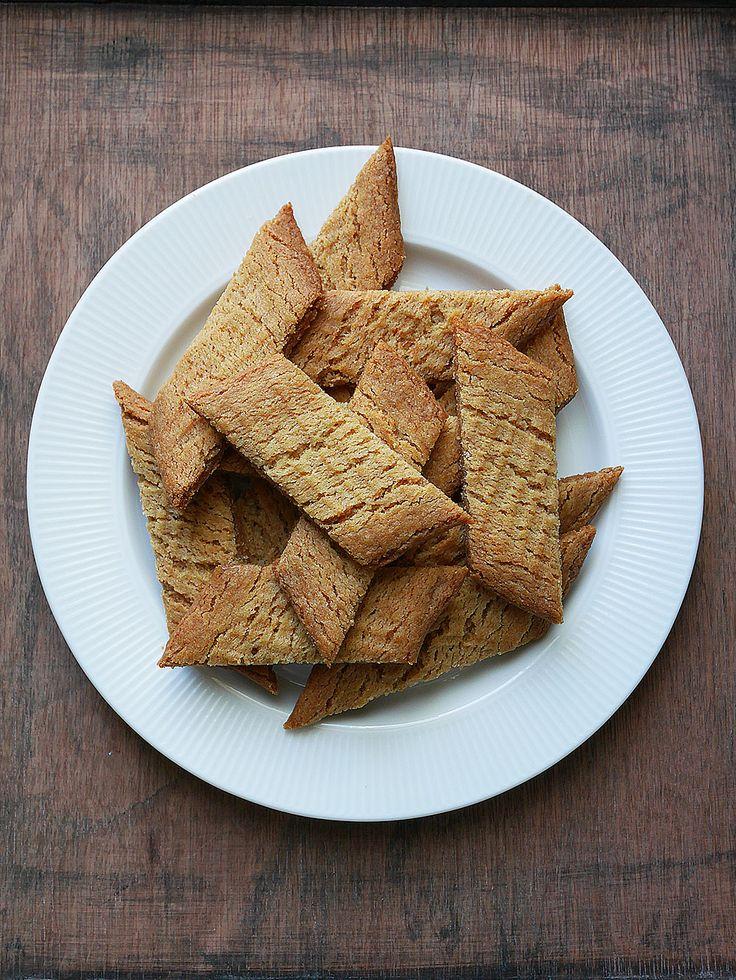 Kolakakor, sirapssnitt, gaffelkakor. Kärt barn har många namn. Jag gillar dem bäst när de är lite lite underbakta och med en rejäl nypa mald ingefära i. Köpevarianten av såna här kakor är alldeles …