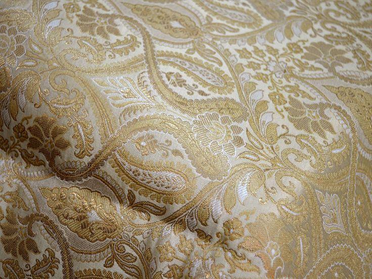 """Dit is een mooie zware benarse gemengd zijdebrokaat bloemdessin stof in Beige en goud. Het weefsel illustreren gouden geweven floral wijnstokken op Golden Beige achtergrond.    Fabric Type: Blended zijde (Viscose en zijde) Super fijne kwaliteit brokaat weven uit Banaras, die bekend als """"Kimkhab staat"""". Gedurende de Mughal-periode (1556-1707), toen kimkhwāb bijzonder populair onder de rijken was, waren de grote centra van brokaat weven Benares (Vārānasi).  U kunt deze stof zodat jurk..."""