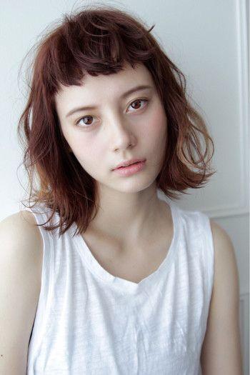 今年はとくにぱっつん前髪が人気ですよね。大人の女性があえて作るぱっつん前髪だからこそのヌケ感、こなれ感を意識して作ると幼くならずグッとオシャレな表情に♪