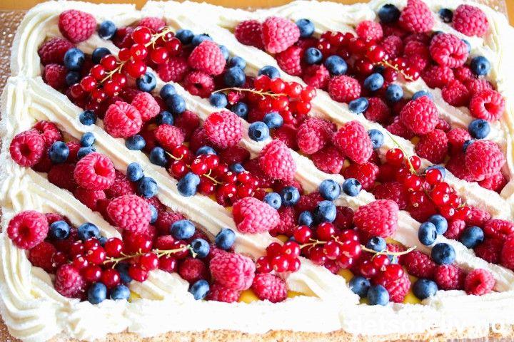 """Her har du en flott kake til sommerfesten! Dette er en stor suksesskake som dekkes med både deilig Firkløverkrem og gul suksesskrem, og deretter søt, pisket fløtekrem og til slutt masse friske bær. Jeg har kalt kaken for """"Sommersuksess"""" - og det er nettopp det denne kaken er!"""