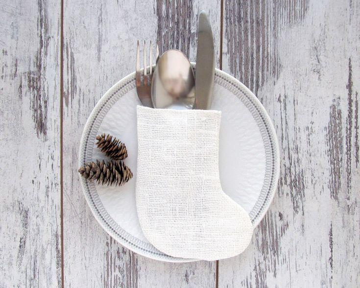 Este sostenedor de platería de arpillera blanca en forma de una media de Navidad para decorar y servir la mesa para la cena navideña. Accesorio maravilloso para una cena de Navidad en un estilo rústico.  Tamaño aproximado 6 por 4,8 (15 cm x 12 cm).  Este listado está para el titular de la única! Otros elementos se muestran en las fotos que no se incluye con su compra.  Si usted necesita una cantidad de muestra por favor convo y establecerá un listado especial para usted por la cantidad que…