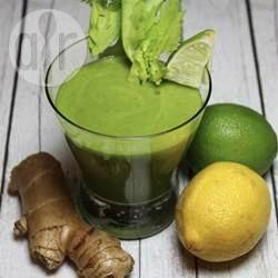 Deze groene smoothie zit barstensvol gezonde voedingsstoffen. Een smoothie met spinazie, appel, bleekselderij, komkommer en gember, citroen en limoen voor de frisse smaak.