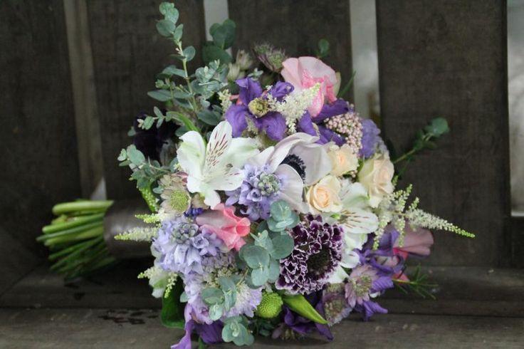 Hübscher rund gebundener Brautstrauss in den Farben violett, rosa, weiss, grün. Design: Blickfang Tropp