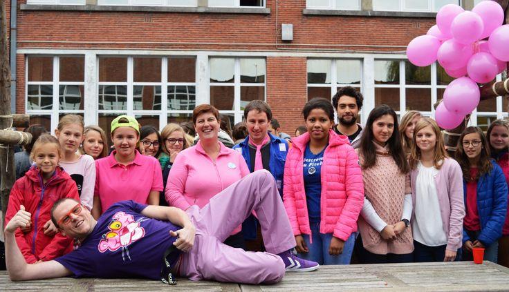 """De leerlingenraad van het Atheneum in Oudenaarde organiseerde een holebidag omdat holebi's vandaag nog steeds niet op veel steun kunnen rekenen. De leerlingen kwamen in roze outfit naar school.Met een holebidag willen we dit taboe doorbreken"""", zegt pr-verantwoordelijke Sandy Vermeulen."""