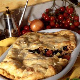 Il gustosissimo calzone di cipolle, pomodori e olive può essere inteso sia come antipasto sia come secondo piatto, magari con un contorno di insalata